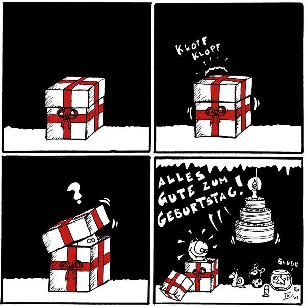 [[Ein Paket steht herum.]]  Paket: *klopf* *klopf* [[Jemand klopft von innen an das Paket.]]  [[Fred schaut aus einem schmalen Schlitz aus dem Paket raus.]] Fred: ?  Käfer, Schnecke, Wurm, Spinne [[in der von der Decke hängenden Torte]]: Alles Gute zum Geburtstag! Fisch: Blubb